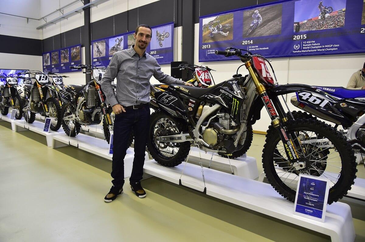 Der Italiener David Philippaerts steht vor seiner Yamaha YZ 450 FM.