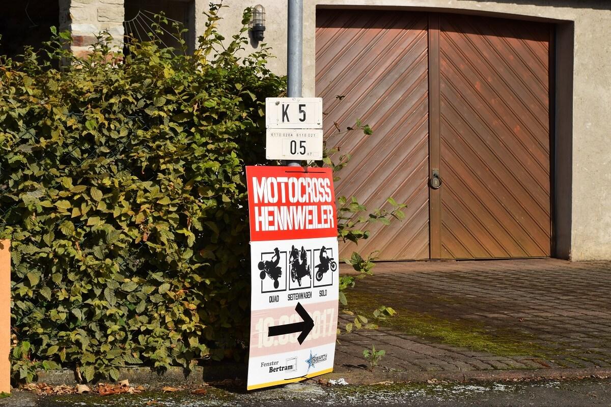 Im Ort Hennweiler einfach den Schildern folgen.